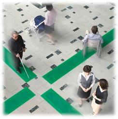 写真:視覚障がい者歩行誘導ソフトマット「歩導くん」を開発したトーワ株式会社から転用。
